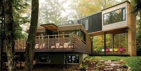 经过细致地加工,与其说是集装箱,看起来更像是一所树屋~